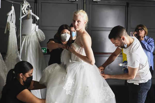 In questa foto un abito con bustier in pizzo della collezione Blumarine Sposa 2022