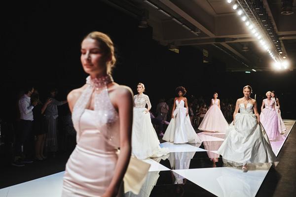 In questa foto le modelle sfilano con gli abiti Bellantuono 2022