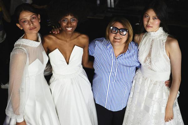 In questa foto Elena Bellantuono sorridente insieme alle modelle che hanno sfilato alla Milano Bridal Week