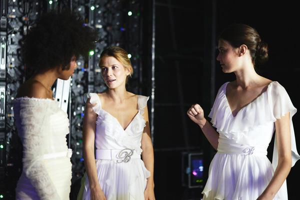 In questa foto abiti con cinture preziose in vita della collezione Blumarine Sposa 2022