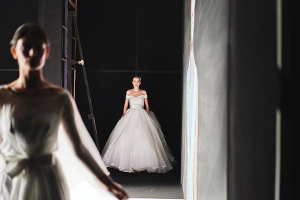 In questa foto un abito ampio della collezione Blumarine Sposa 2022