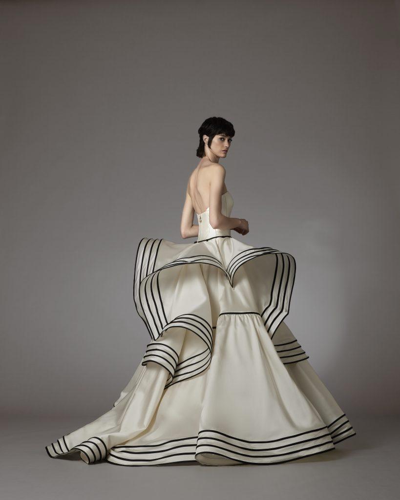 In questo scatto un abito firmato dalla Maison italiana con rouches tridimensionali e con contrasti cromatici
