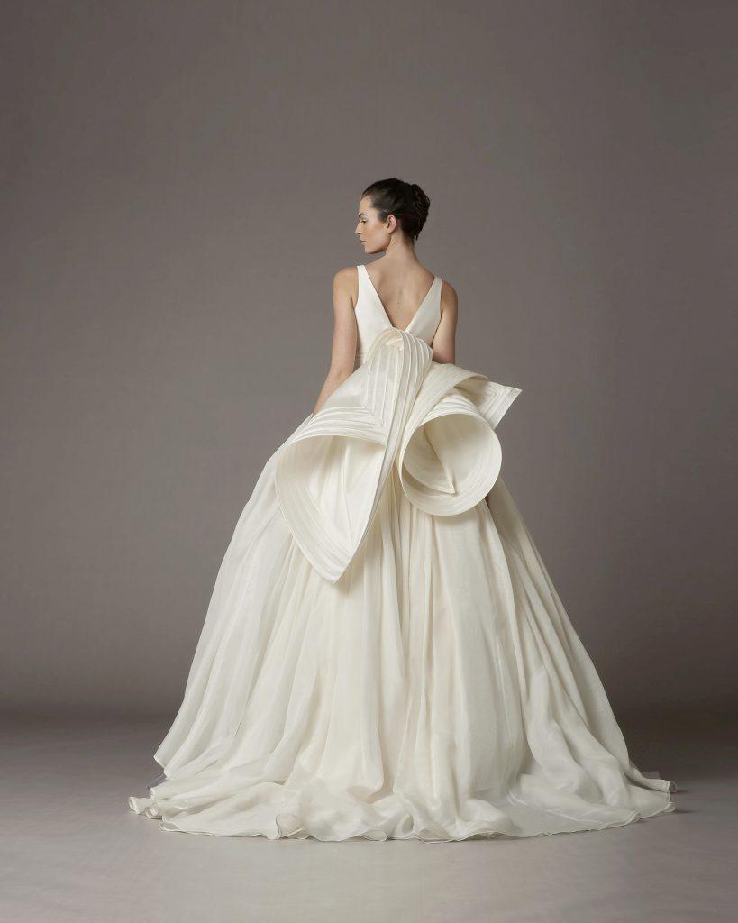 In questo scatto un abito della sfilata della nuova collezione sposa Antonio Riva 2022 con rouches tridimensionali