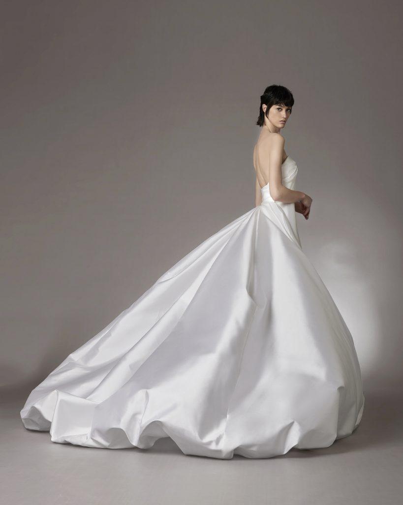 In questo scatto un sontuoso abito della collezione sposa Antonio Riva 2022