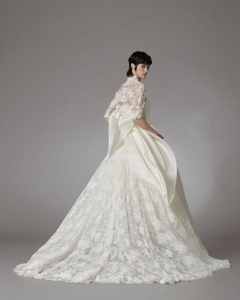 In questo scatto un abito in pizzo delal collezione sposa Antonio Riva 2022