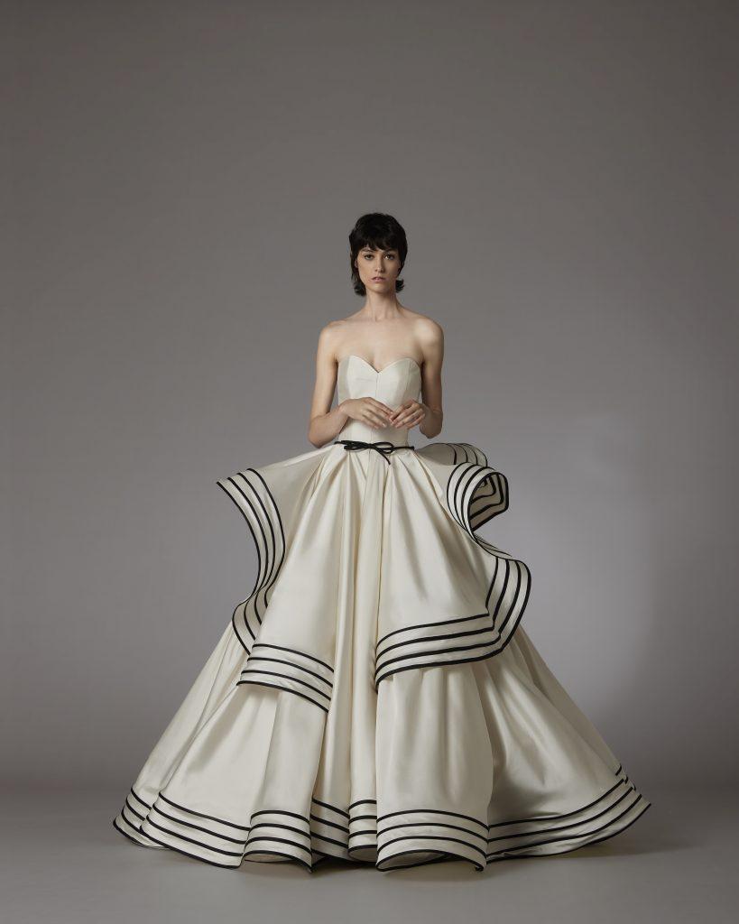 In questo scatto un abito della nuova collezione sposa Antonio Riva 2022 con contrasti cromatici