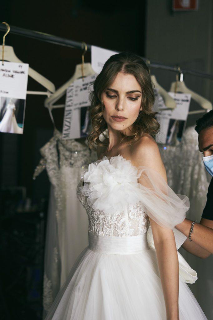 In questa foto un abito con maxi fiore della Maison italiana per il 2022
