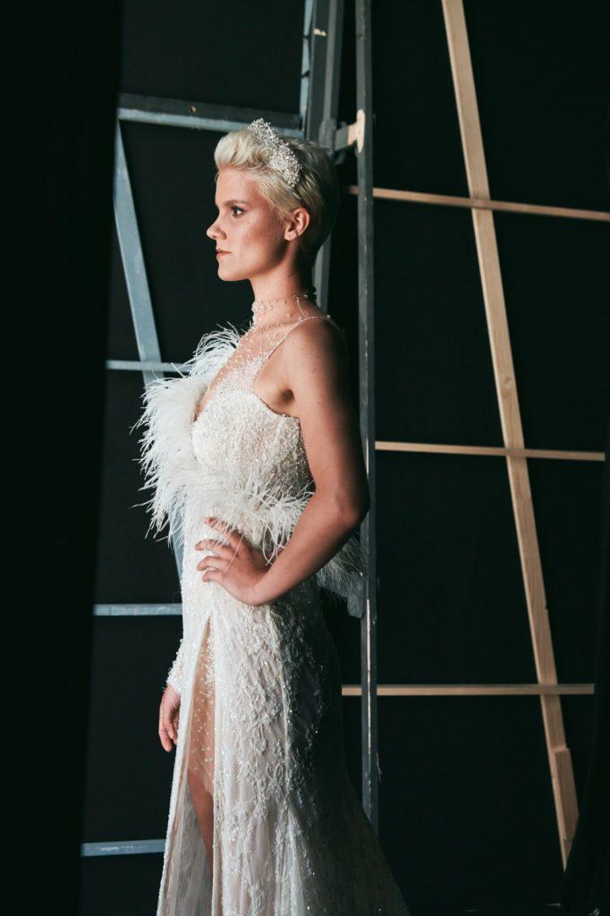 In questa foto un abito con piume delle collezioni sposa Maison Signore 2022