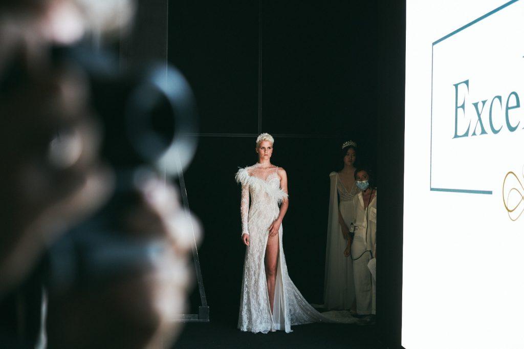 In questa foto un abito spacco profondo delle collezioni sposa Maison Signore 2022