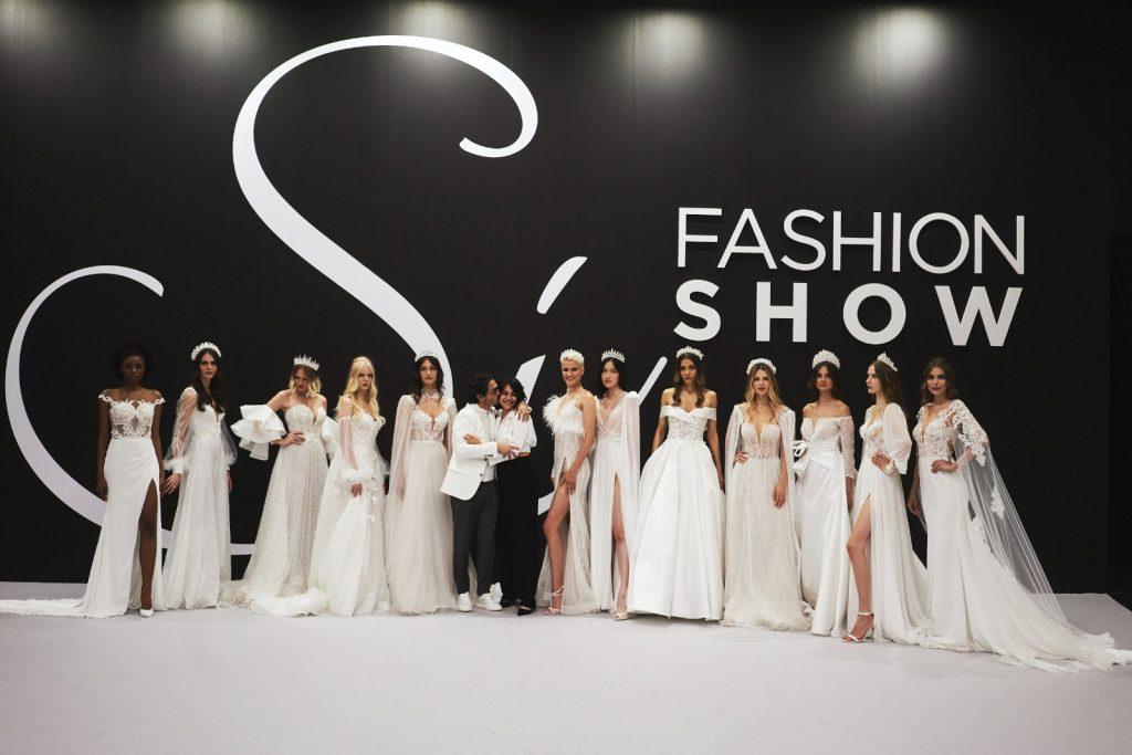 In questa foto le modelle a fine sfilata, in posa con Gino Signore e la giovane Camilla Elena.