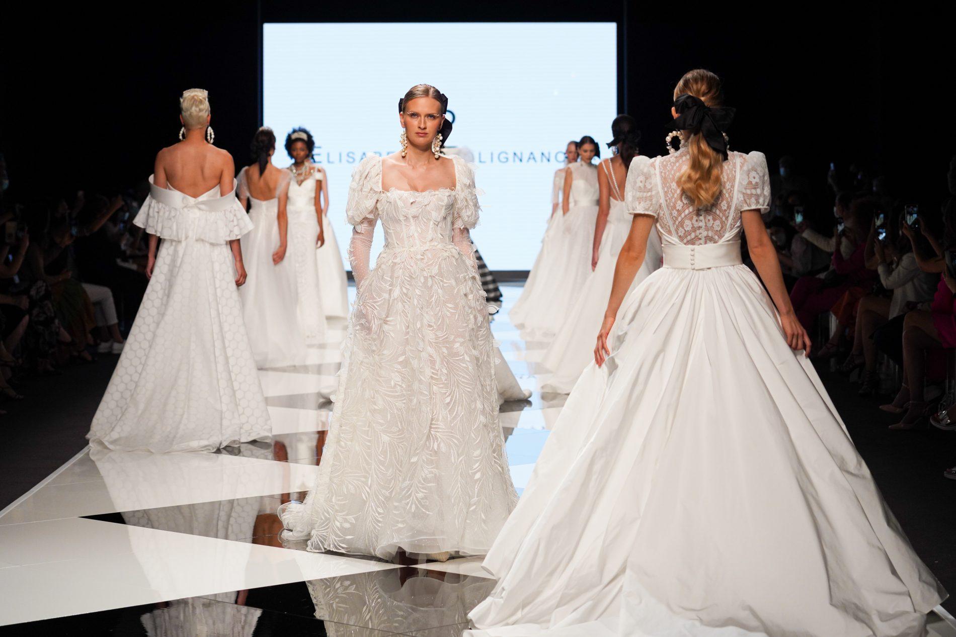 In questa foto modelle in passerella durante la parte conclusiva della sfilata di abiti da sposa Elisabetta Polignano 2022