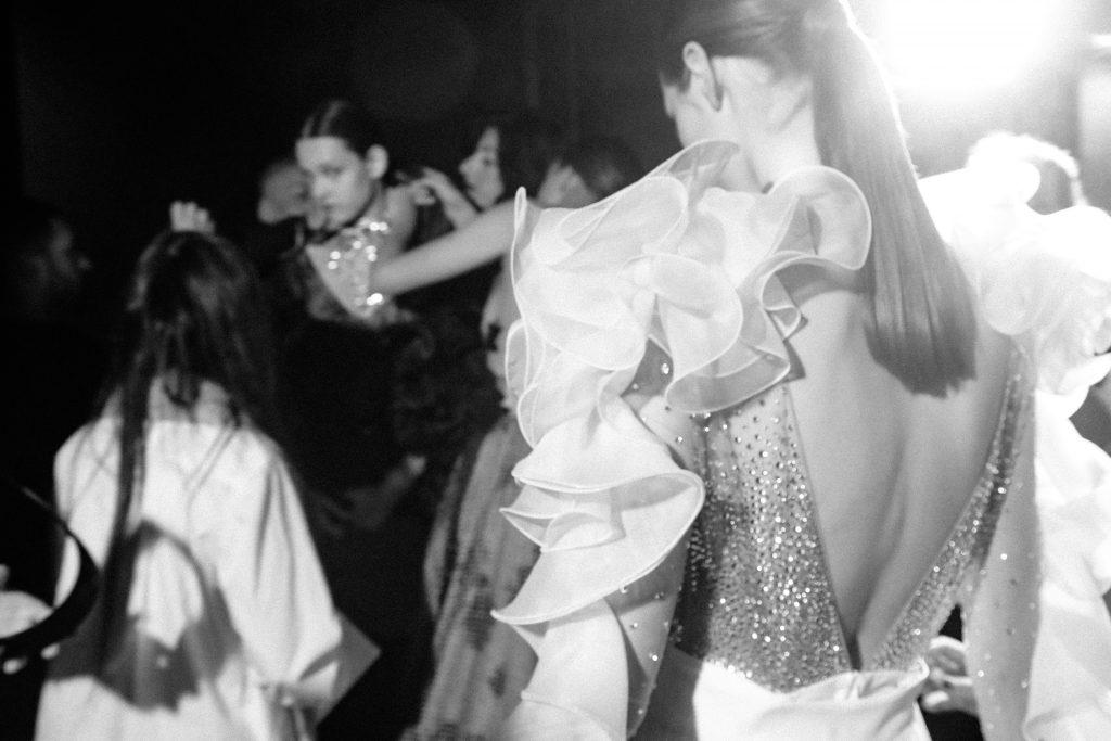 In questa foto una modella di spalle mentre si trova nel backstage di una sfilata al Si Sposaitalia Collezioni a Milano