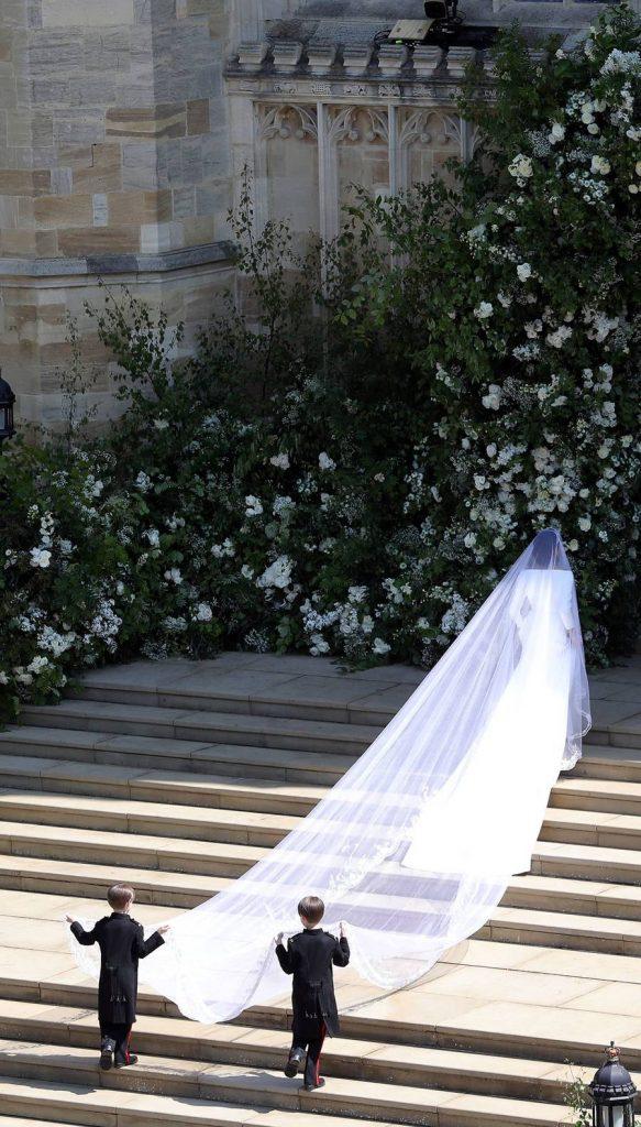 In questa Meghan Markle nel giorno del suo matrimonio sulle scale del sagrato della  cappella di San Giorgio nel Castello di Windsor. Indossa un velo da sposa Royal sorretto da due paggetti