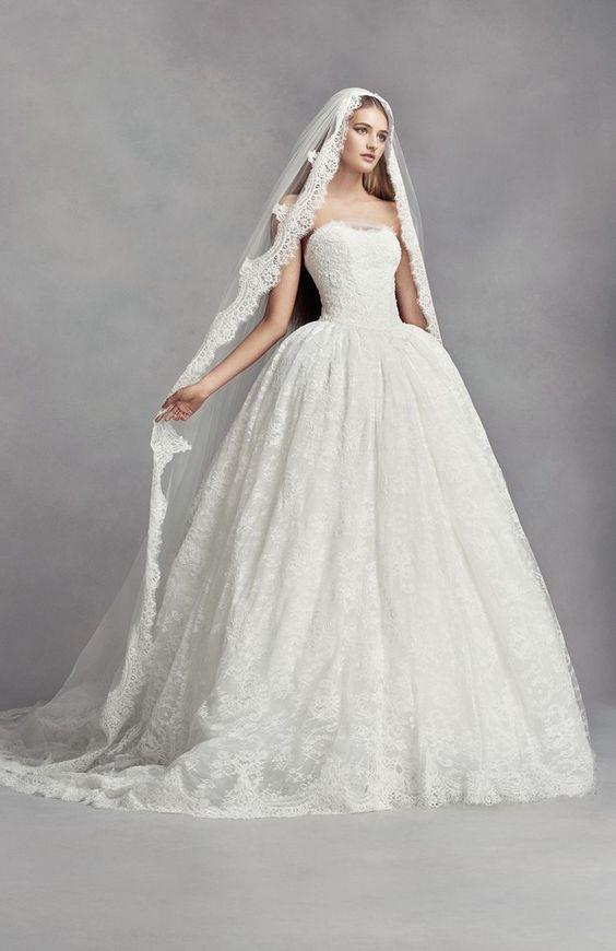In questa foto una modella con abito principessa indossa un velo a mantiglia