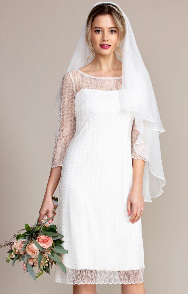 In questa foto un modella indossa un velo ai fianchi in organza di seta con bordo in raso