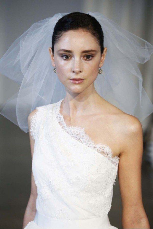 In questa foto una modella indossa un  velo da sposa Flyaway in tulle di seta