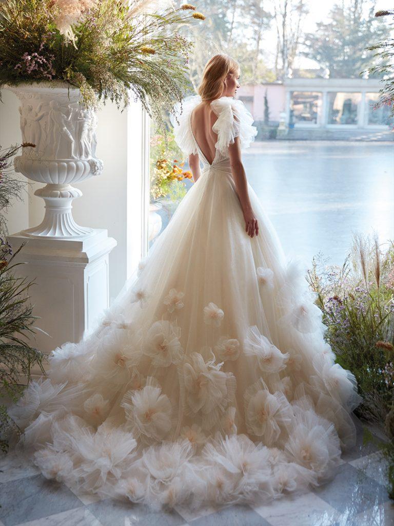 In questa foto un abito da sposa con effetto floreale in 3D della collezione Nicole Colet 2022