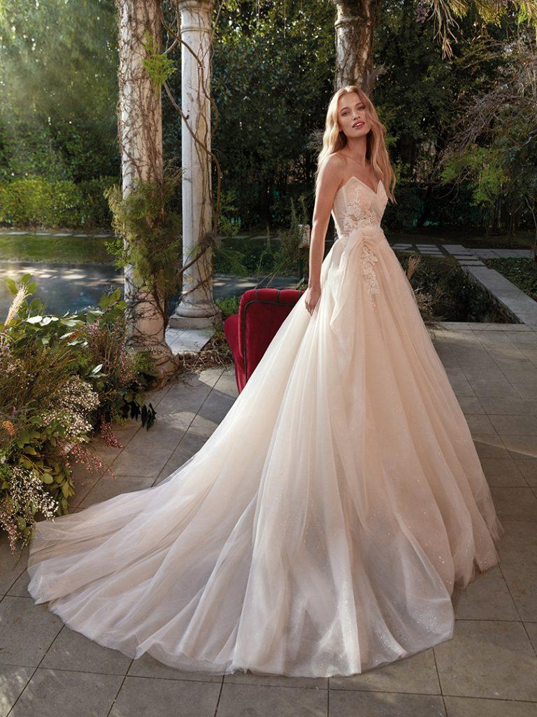 In questa foto un abito da sposa principesco della collezione Nicole Colet 2022