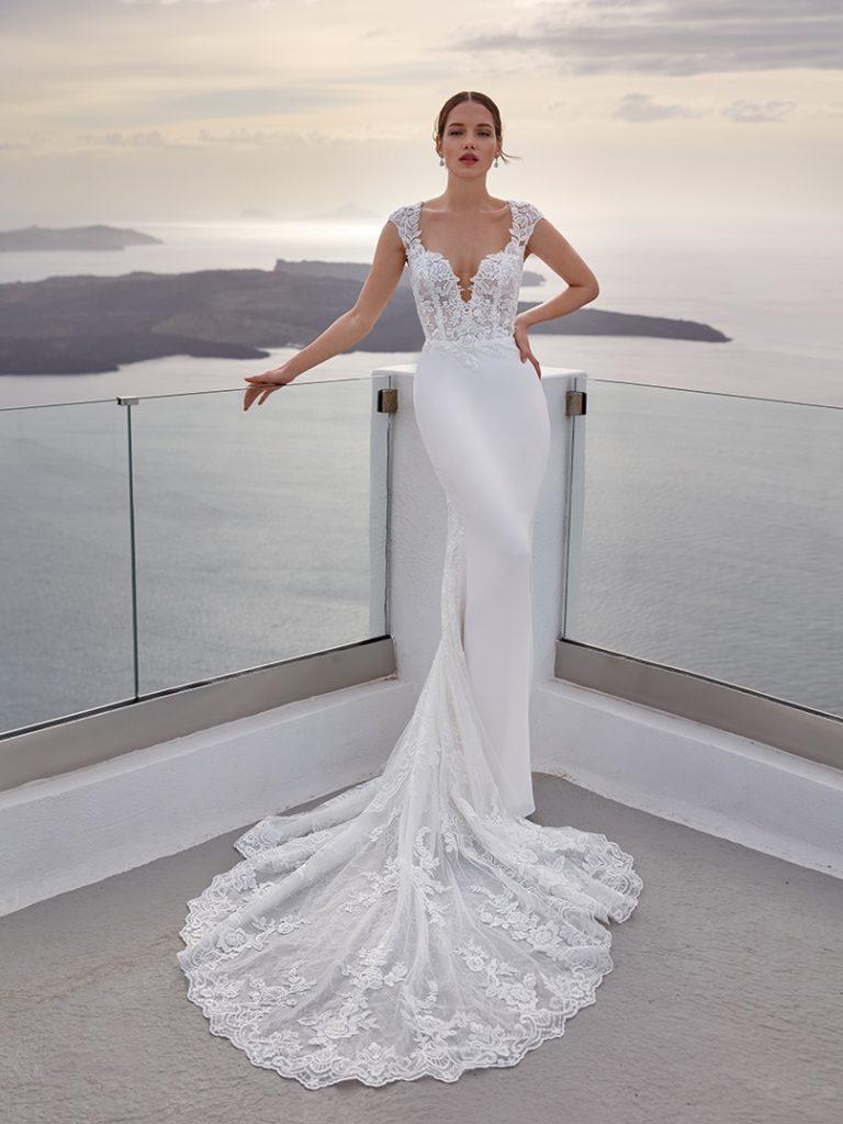 In questa foto un abito da sposa a sirena della collezione Nicole Jolies 2022