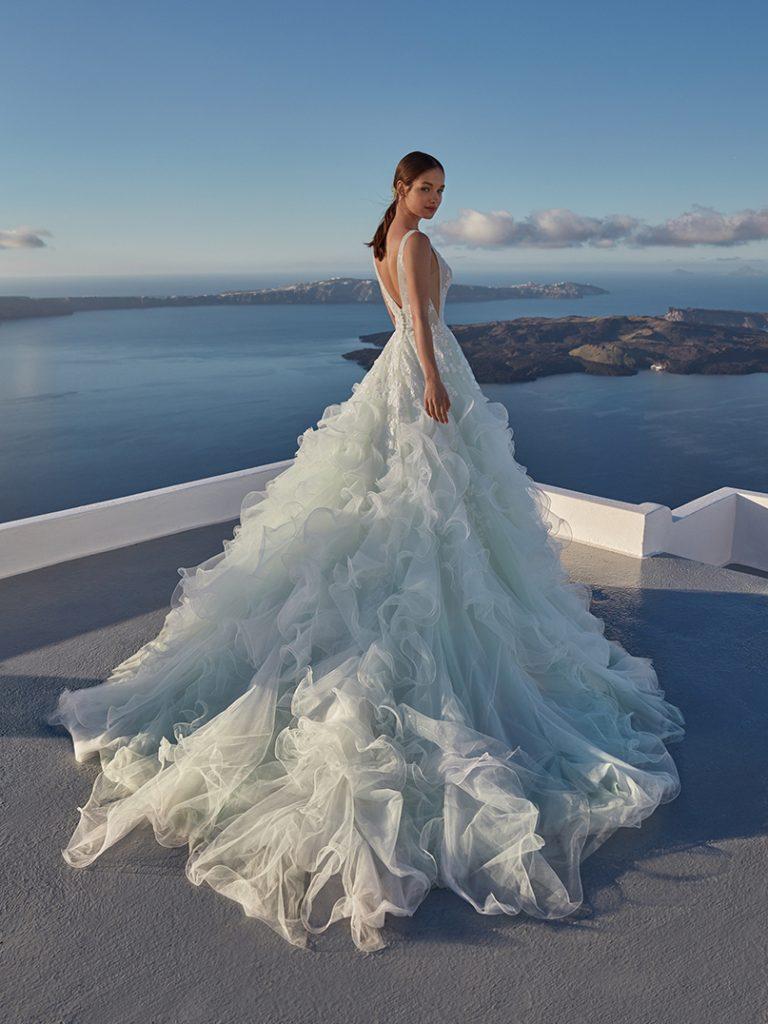 In questa foto un abito da sposa della collezione firmata da Nicole Cavallo
