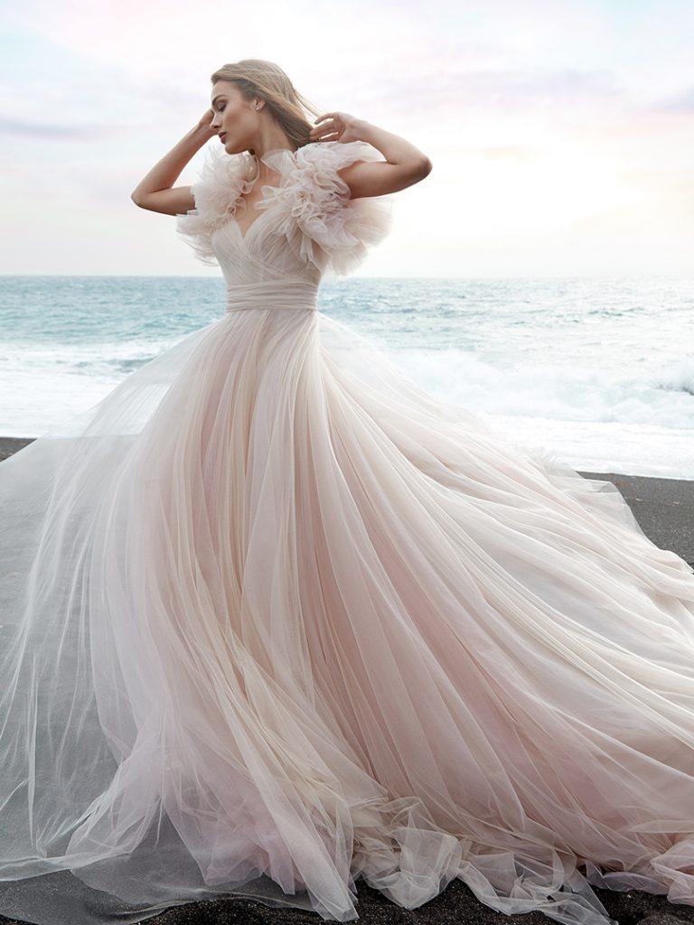 In questa foto un abito della collezione della maison nella tonalità delicatissima del rosa