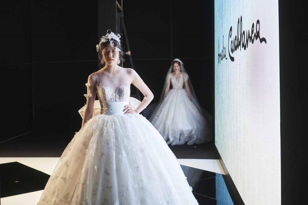 In questa foto un abito della collezione sposa 2022 di Amelia Casablanca con le farfalle in primo piano