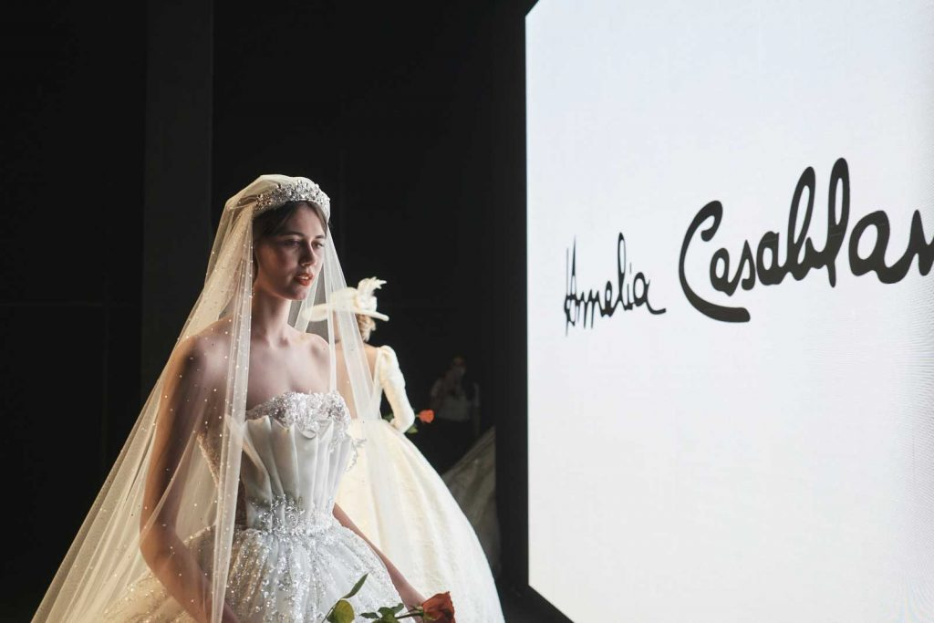 In questa foto un abito da sposa prezioso firmato dalla maison italiana