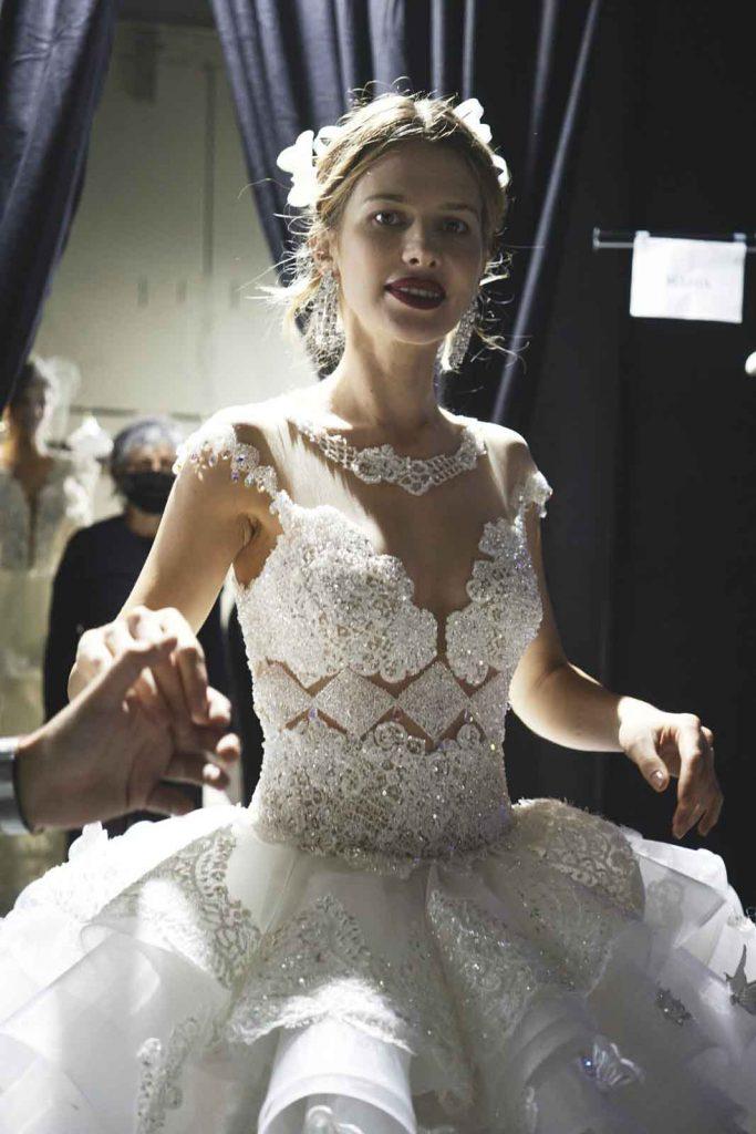 In questa foto un abito da sposa con corpetto ricoperto da cristalli della Maison italiana