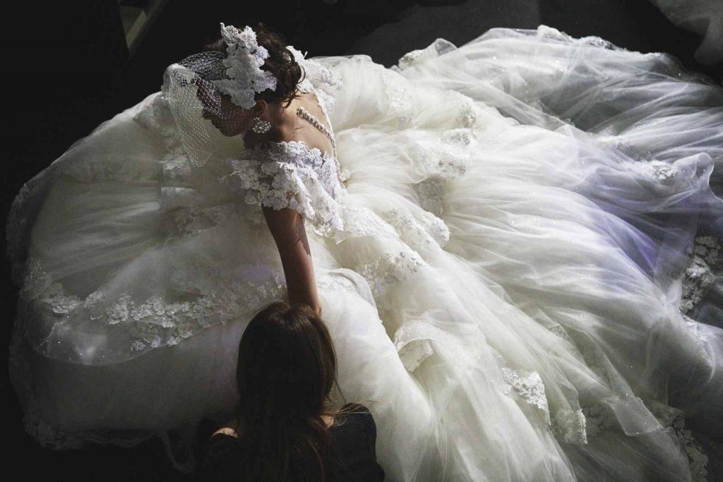 In questa foto un modello della collezione sposa 2022 di Amelia Casablanca da vera principessa