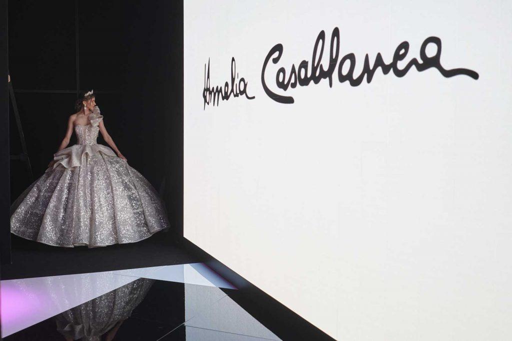 In questa foto un abito da sposa silver ricoperto da cristalli della Maison italiana