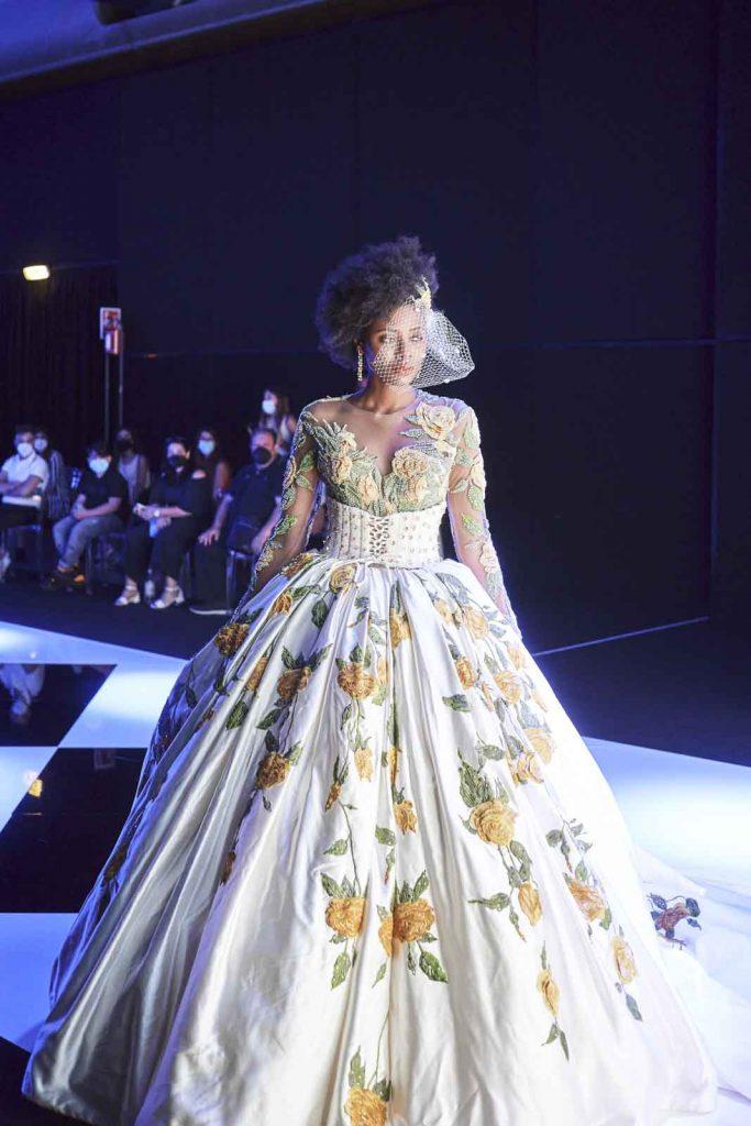 In questa foto un abito da sposa con fiori colorati della Maison italiana