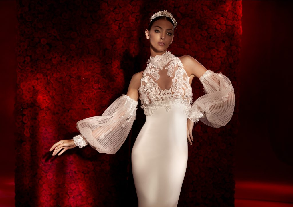 In questa foto un abito con maniche ballon staccabili della collezione 2022 della Maison spagnola