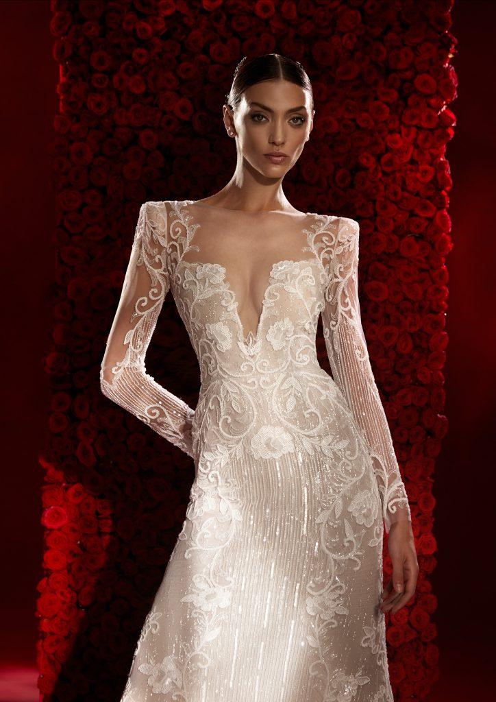 In questa foto un abito con scollatura profonda della collezione Atelier Pronovias 2022