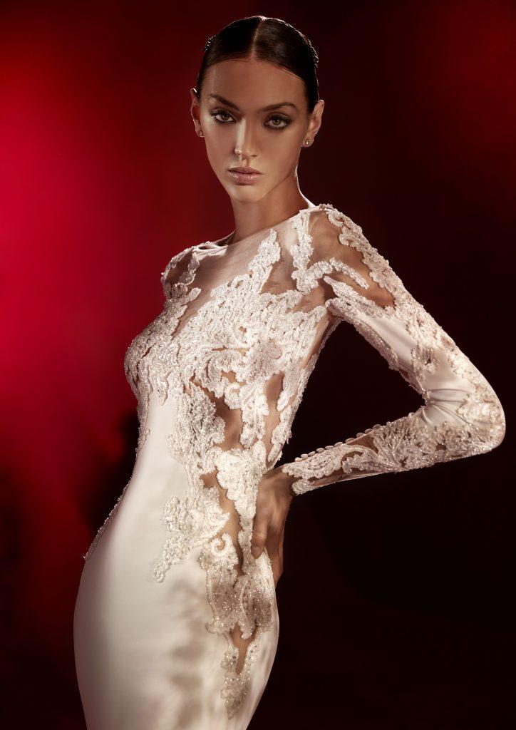 In questa foto un abito con maniche in pizzo e dettagli preziosi della collezione Atelier Pronovias 2022