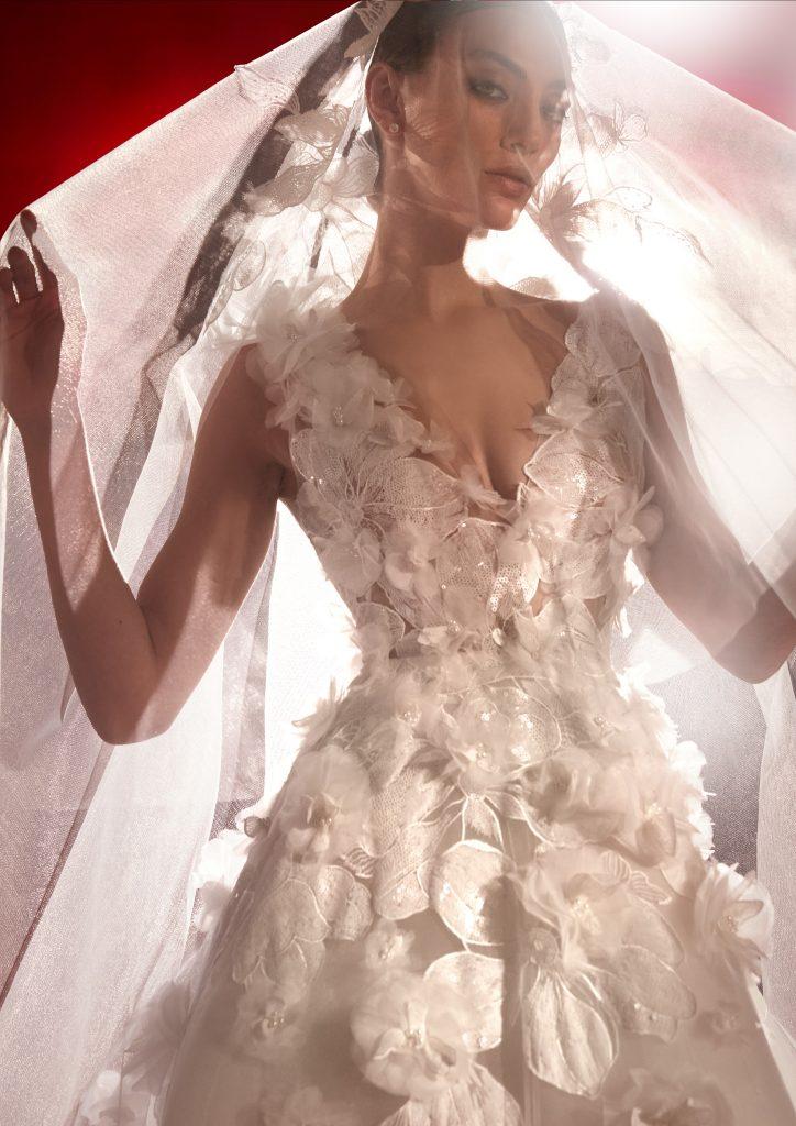 In questa foto un abito decorato con fiori in 3D della collezione 2022 della Maison spagnola