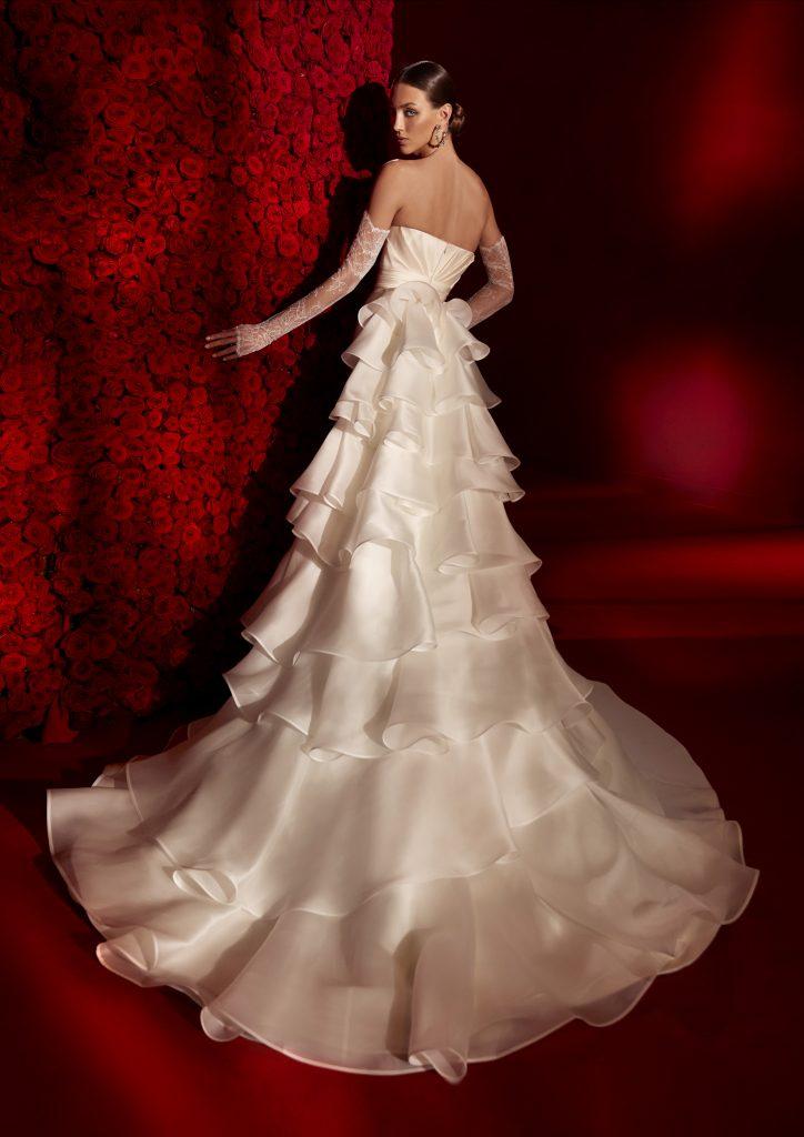 In questa foto un abito decorato con pieghe sulla gonna della collezione 2022 della Maison spagnola