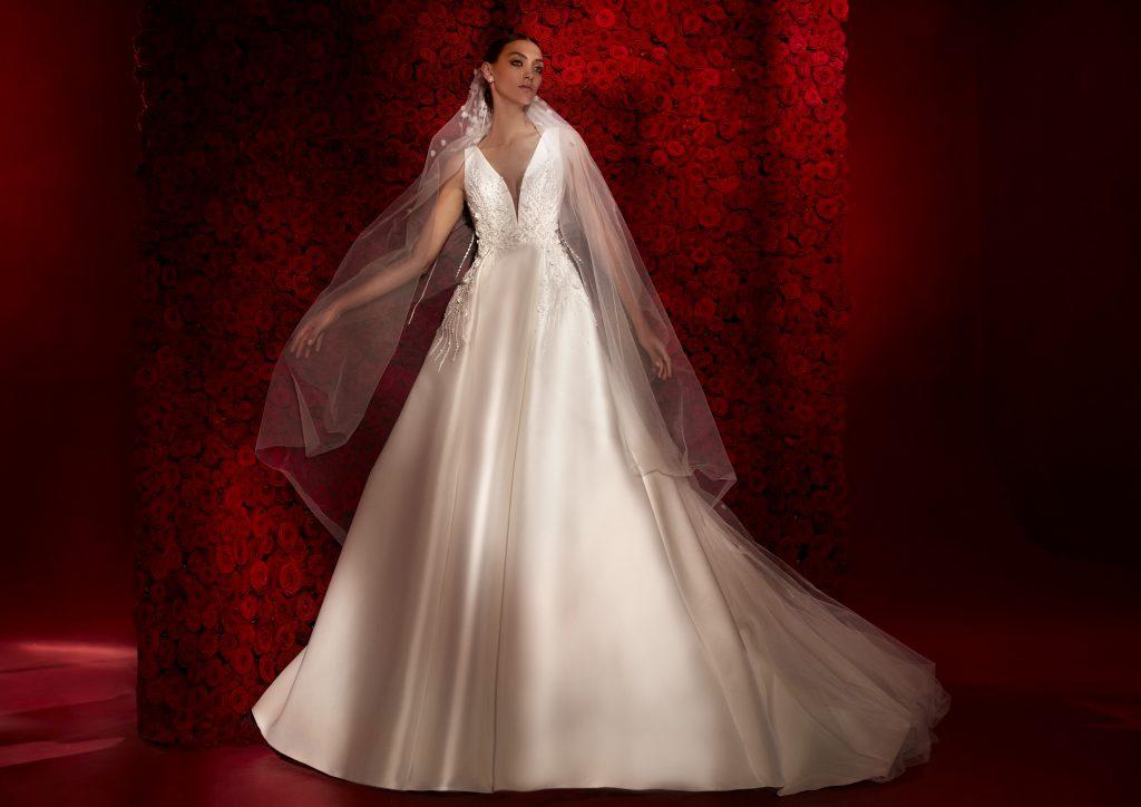 In questa foto un abito principesco della collezione 2022 della Maison spagnola
