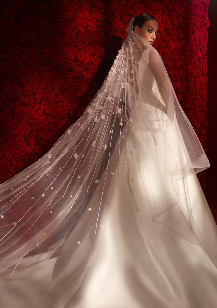In questa foto un abito della collezione 2022 della Maison spagnola