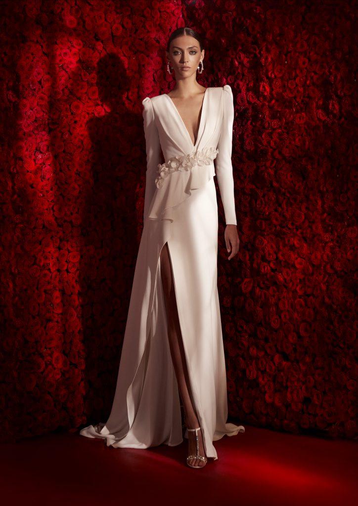 In questa foto un abito con maniche a sbuffo della collezione 2022 della Maison spagnola