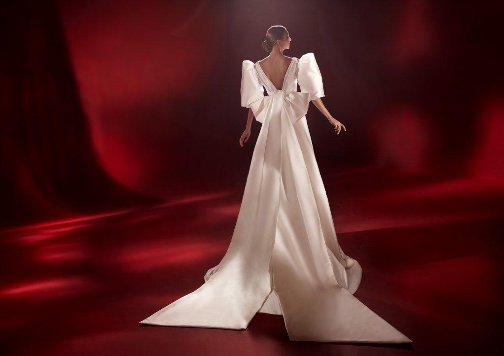 In questa foto un abito con scollatura profonda sulla schiena della collezione 2022 della Maison spagnola