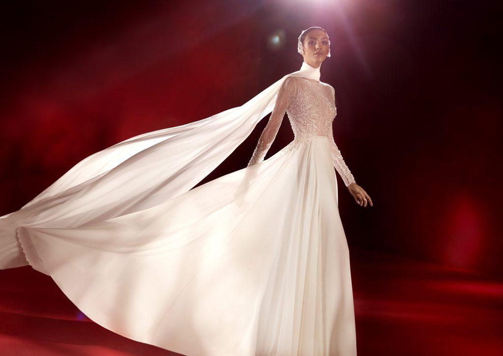 In questa foto un abito con corpetto ricoperto da dettagli preziosi della collezione Atelier Pronovias 2022