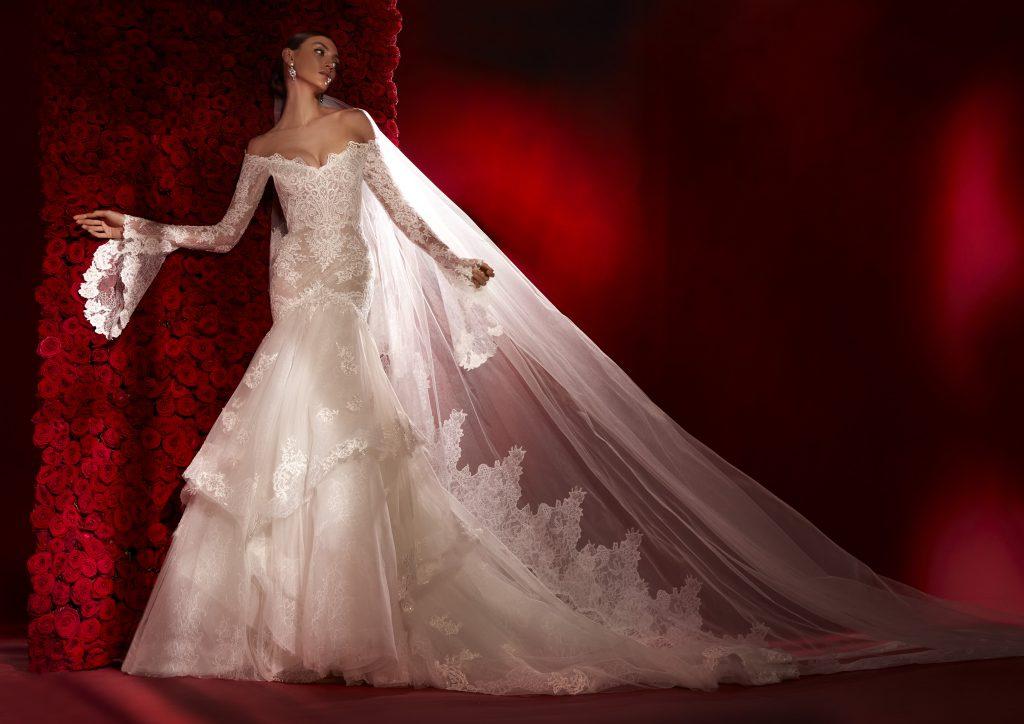 In questa foto un abito a sirena in pizzo della collezione 2022 della Maison spagnola
