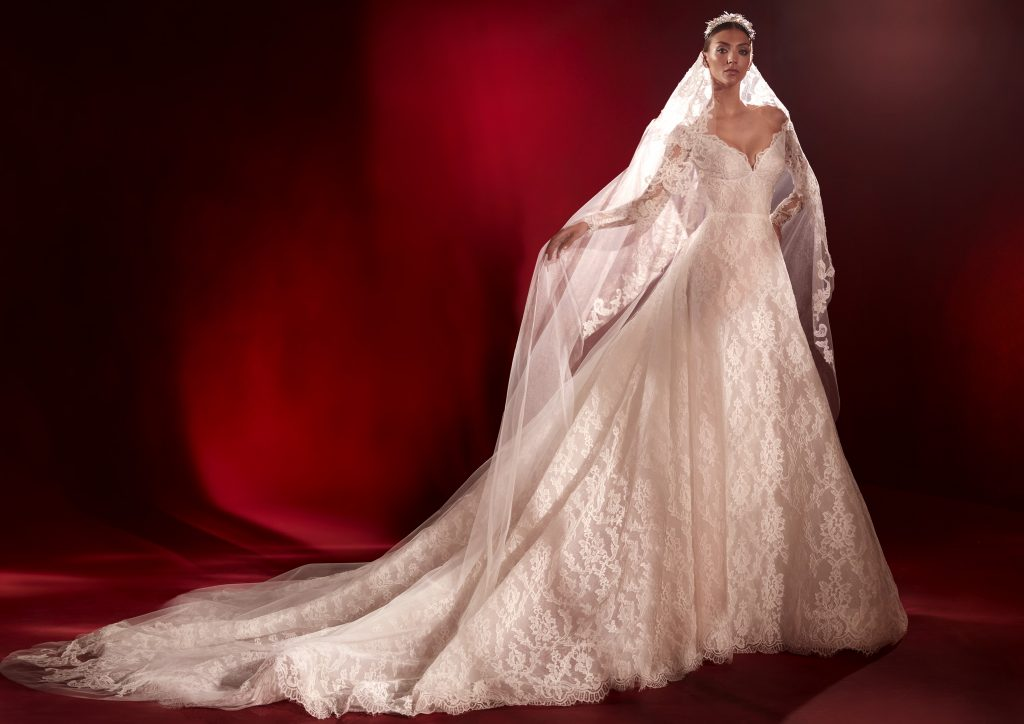 In questa foto un abito regale in pizzo della collezione Atelier Pronovias 2022