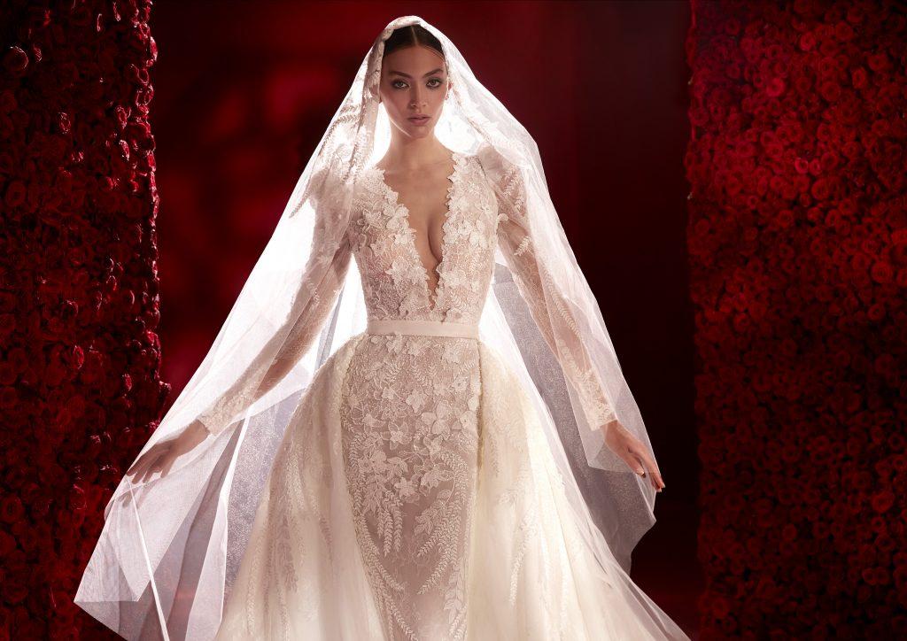 In questa foto un abito con scollatura profonda della collezione 2022 della Maison spagnola