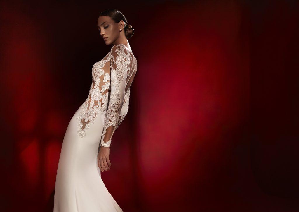 In questa foto un abito con maniche in pizzo della collezione 2022 della Maison spagnola