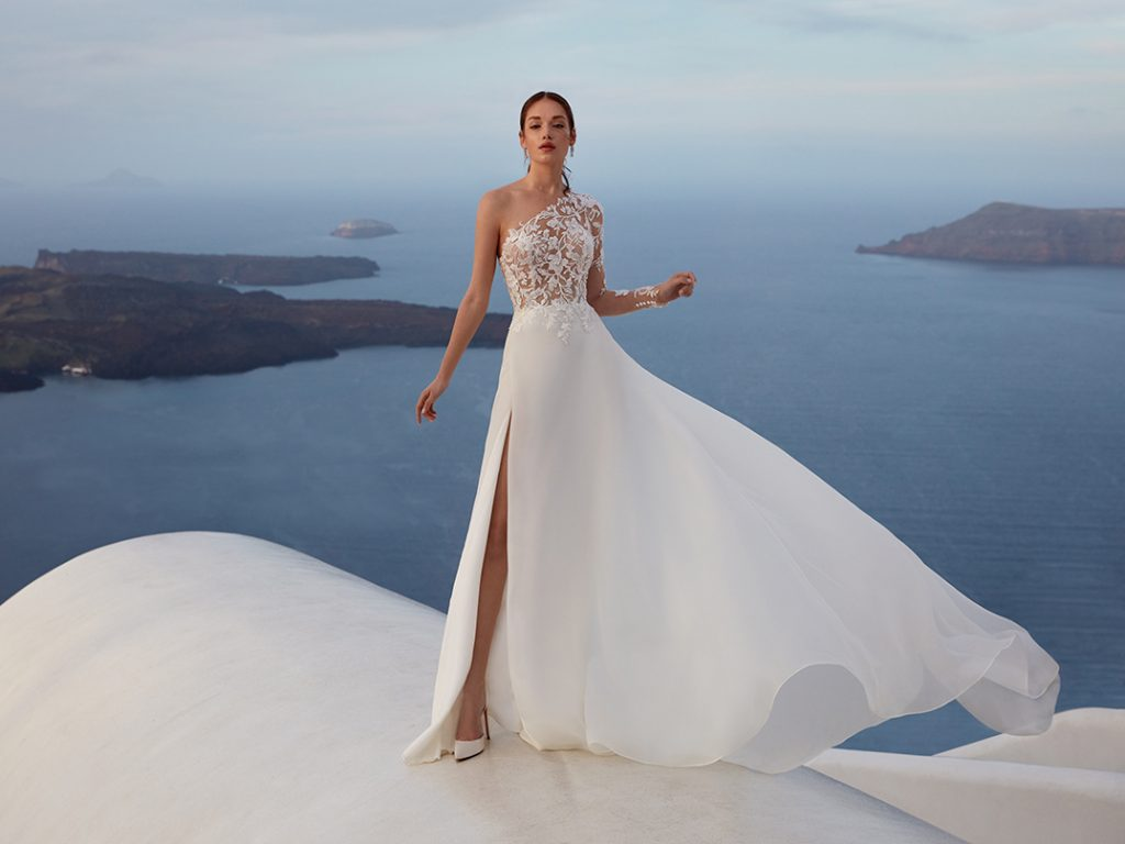 In questa foto un abito della collezione Nicole Aurora 2022
