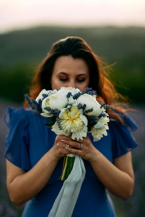 In questa foto Giorgia con un bouquet regalatole da Andrea durante la proposta di matrimonio