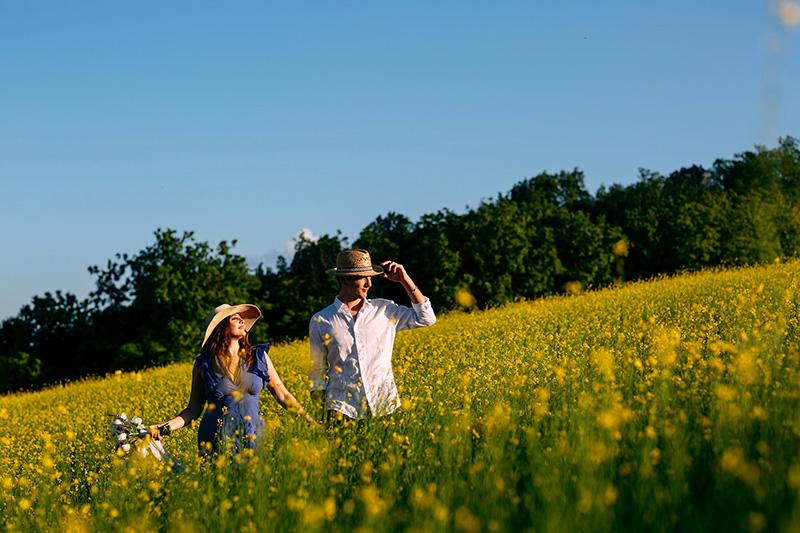 La proposta di matrimonio di Andrea a Giorgia è iniziata con una passeggiata in un campo di fiori gialli