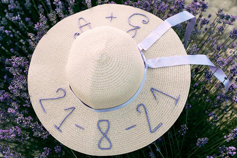 In questa foto un cappello con la data di matrimonio di Andrea e Giorgia