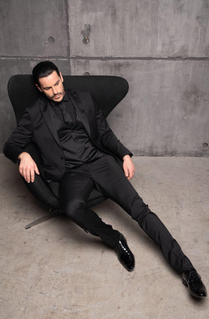 In questa foto un abito nero, tono su tono, della collezione Luigi Convertini 2022